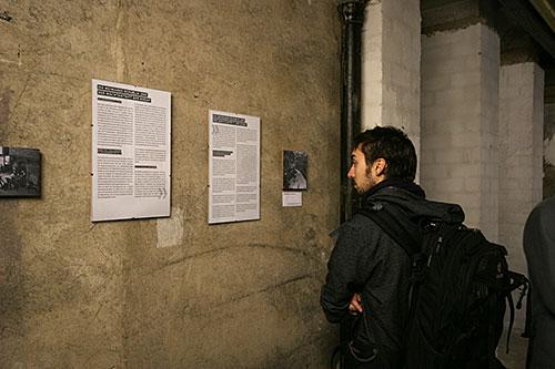 Ein Gast betrachtet eine Tafel in der Dauerausstellung
