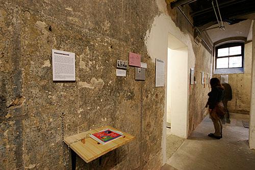 Fotografie einer Wand im Raum der Dauerausstellung die sich mit der Verfolgung von Jüdinnen und Juden beschäftigt.