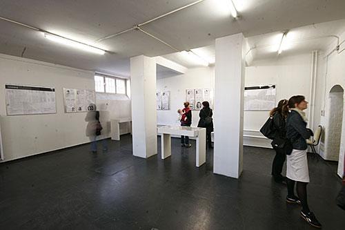 Gäste im Ausstellungsraum im ersten Stock sehen sich die Gastausstellung »Frauen im Konzentrationslager« an.