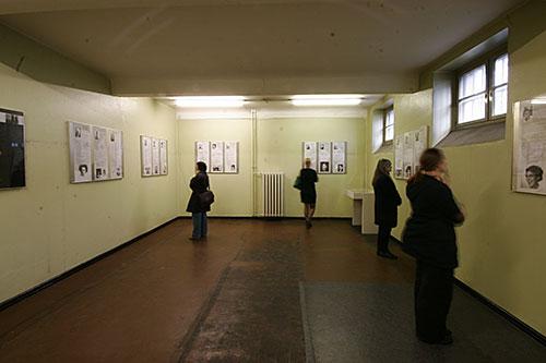 Die Fotografie zeigt den zweiten Ausstellungsraum im ersten Stock in dem sich Besucher_innen die Ausstellung »Frauen im Konzentrationslager« ansehen.