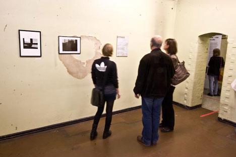 Besucher_innen sehen sich die Fotos von Carbanchel an