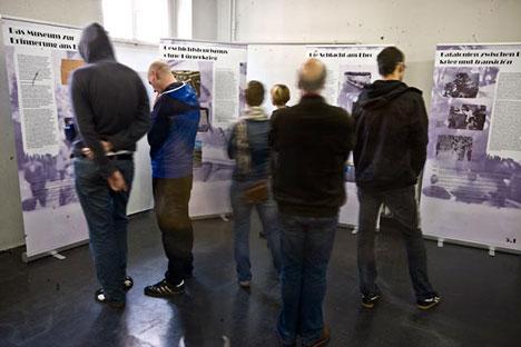 Im großen Ausstellungsraum im ersten Stock sehen sich Besucher_innen die Ausstellung »Umkämpfte Vergangenheit« an.